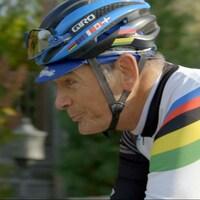 Un homme qui porte un casque de vélo.