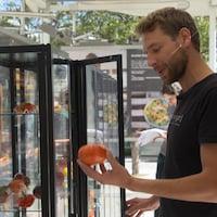 Il montre une tomate ancestrale.