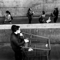 Des personnes attendent avant d'entrer à l'épicerie.