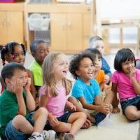 9 enfants en bas âge écoutent une histoire