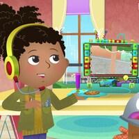 Alicia porte un casque d'écoute avec micro et tient dans la main une assiette contenant un biscuit. Elle discute avec son ami le robot qui a l'air déçu.