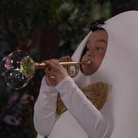 Coco joue de la trompette à bulles.