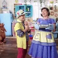 Ils rigolent après avoir cuisiné un gâteau