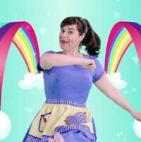 Elle chante autour d'un arc-en-ciel