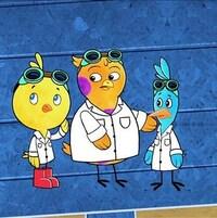 Chirp, Tudi et Scouac sont debout côte-à-côte dans une pièce bleue et ils sont vêtus d'un sarrau blanc de laboratoire avec chacun des lunettes vertes relevées sur la tête.