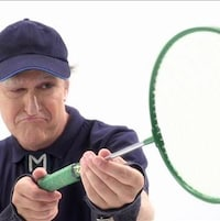 Il joue au badminton
