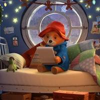 L'ourson lit dans sa chambre