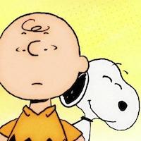 Snoopy se tient derrière Charlie Brown en souriant.
