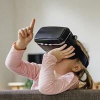 Deux enfants portant des casques de réalité virtuelle dans un salon.