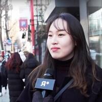 Le journaliste Olivier Arbour-Masse fait un vox pop dans les rues de la Corée du Sud