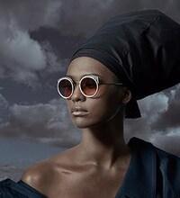 Une femme afro-américaine, très glamour, avec une paire de lunette design.