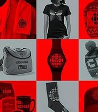 Dans un montage en noir et rouge, on peut voir différents articles à l'effigie de Radio-Canada. T-shirts, sac et tuques entre autres.