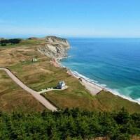 Vue aérienne d'une côte des Îles-de-la-Madeleine.