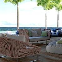 Des bancs installés sur le bord d'une plage.