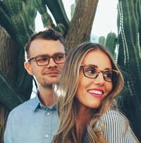 Un homme et une femme portant des lunettes.