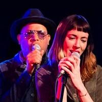 Au micro, les animateurs Philippe Fehmiu et Catherine Pogonat chante dans un karaoke.