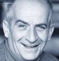 Louis de Funès, le célèbre comédien français, tout sourire.