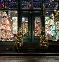 Une vitrine du temps des Fêtes pour le concours Laissez-vous transporter par la féérie du temps des Fêtes dans les rues du Vieux-Montréal avec une panoplie de vitrines tout en lumière!