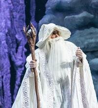 Pour le concours de Radio-Canada qui pourrait vous faire gagner quatre billets pour le spectacle Décembre présenté à la Place des Arts, on montre un Saint-Nicolas habillé de blanc.