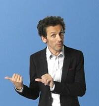 Pour le concours Remax fête ses 35 ans, concours sur 12 semaines, 12 émissions, 12 voyages à gagner, l'humoriste André Sauvé fait un visage surpris.