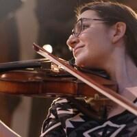 Sheila Jaffé jouant du violon.
