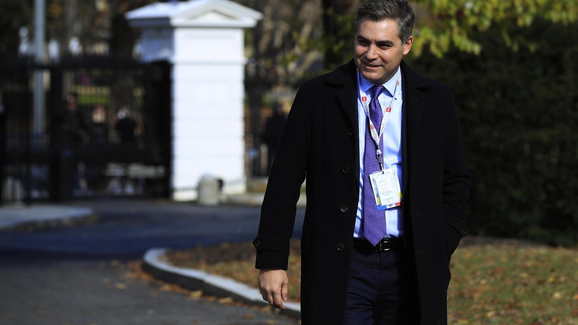 Jim Acosta marche à l'extérieur de la Maison-Blanche.