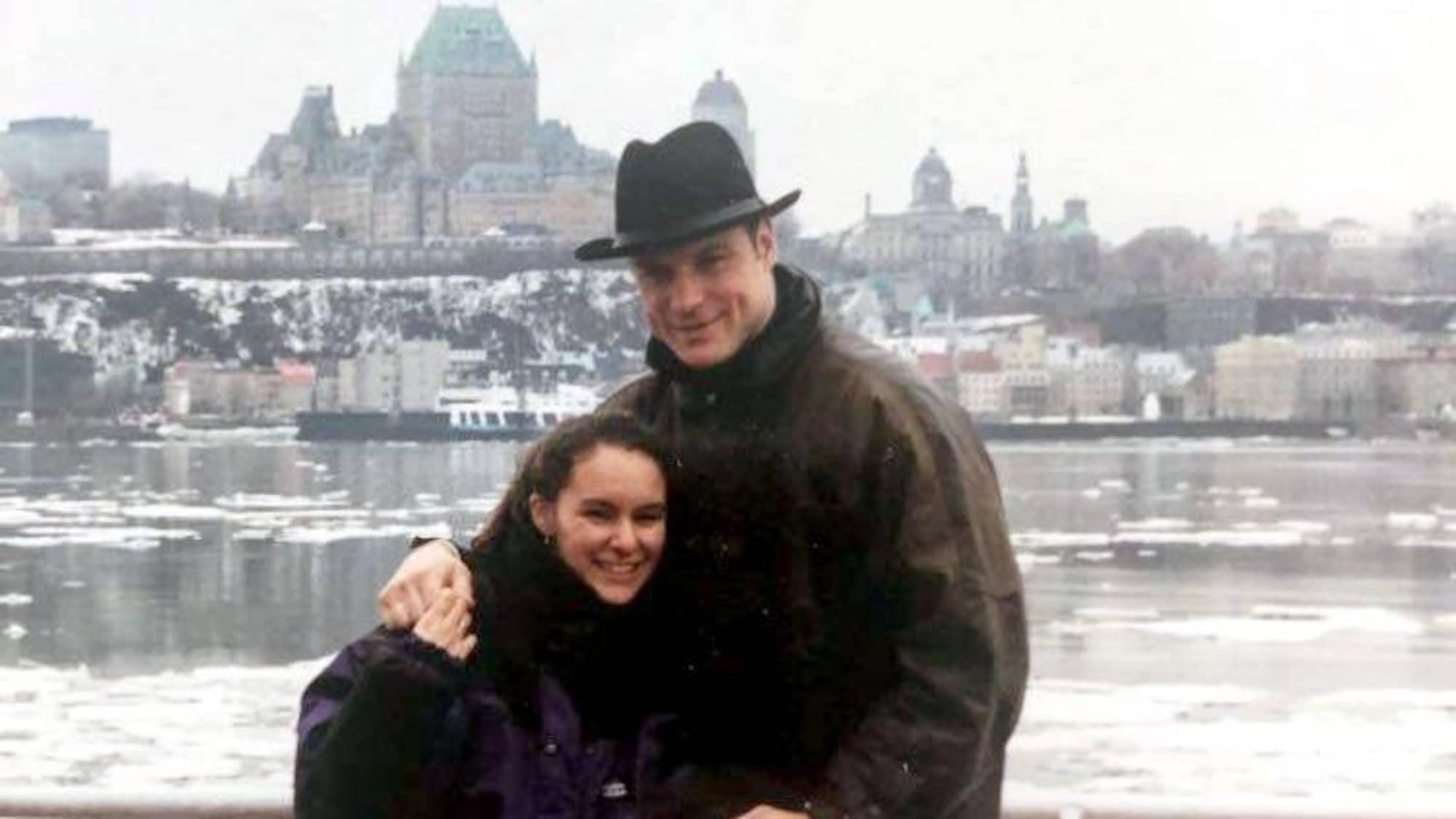 Craig Wolanin et Chantal Bussière regardent la caméra en souriant, sur le pont du traversier.
