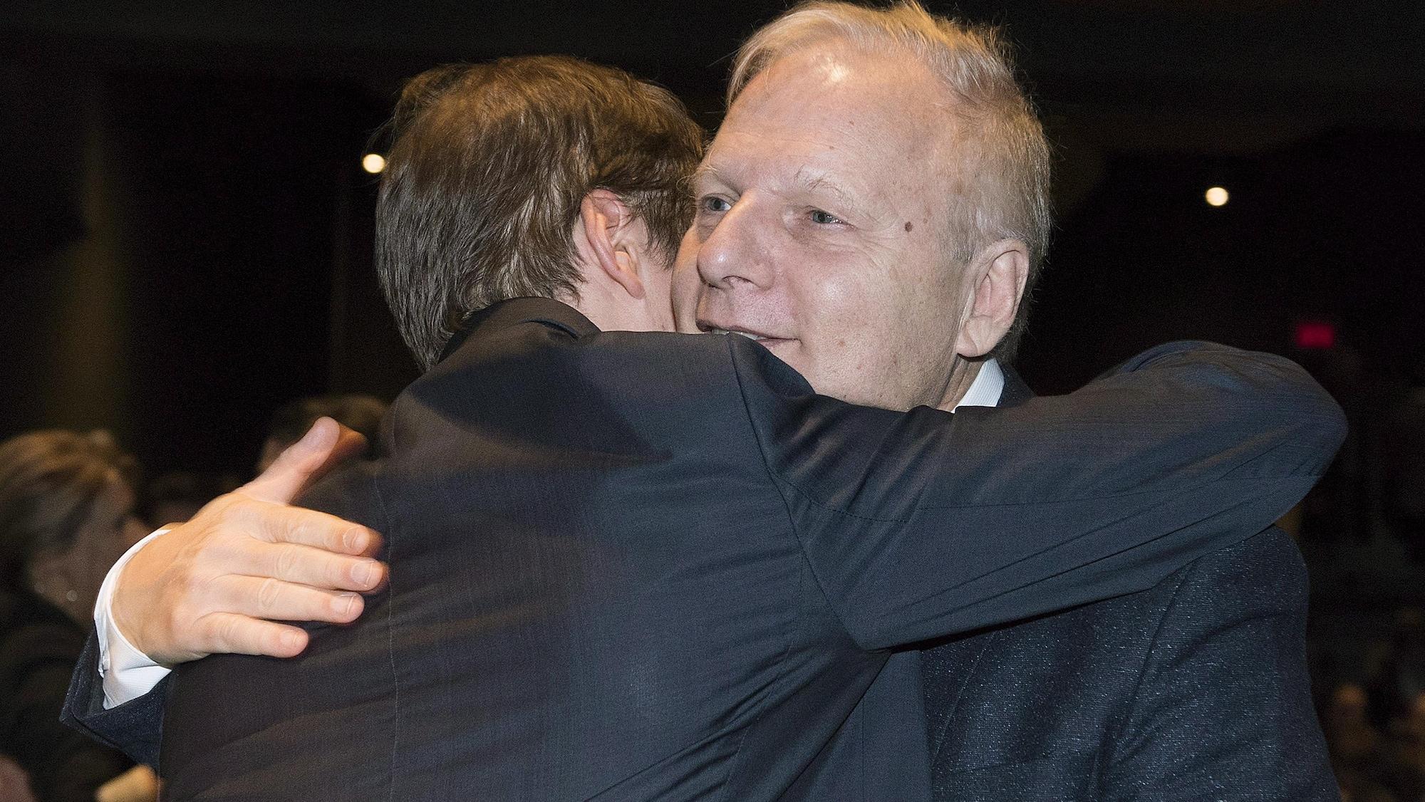 L'ex-chef du Parti québécois étreint un partisan.
