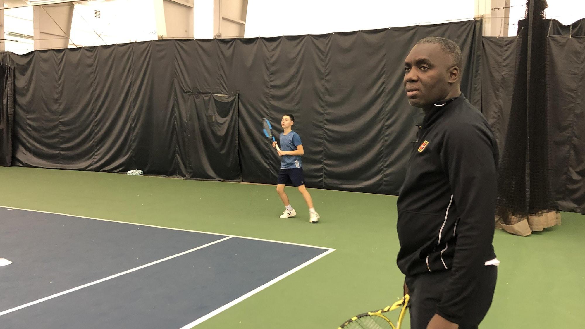 Sam Aliassime, entraîneur de tennis, lors d'un entraînement de jeunes joueurs à Québec