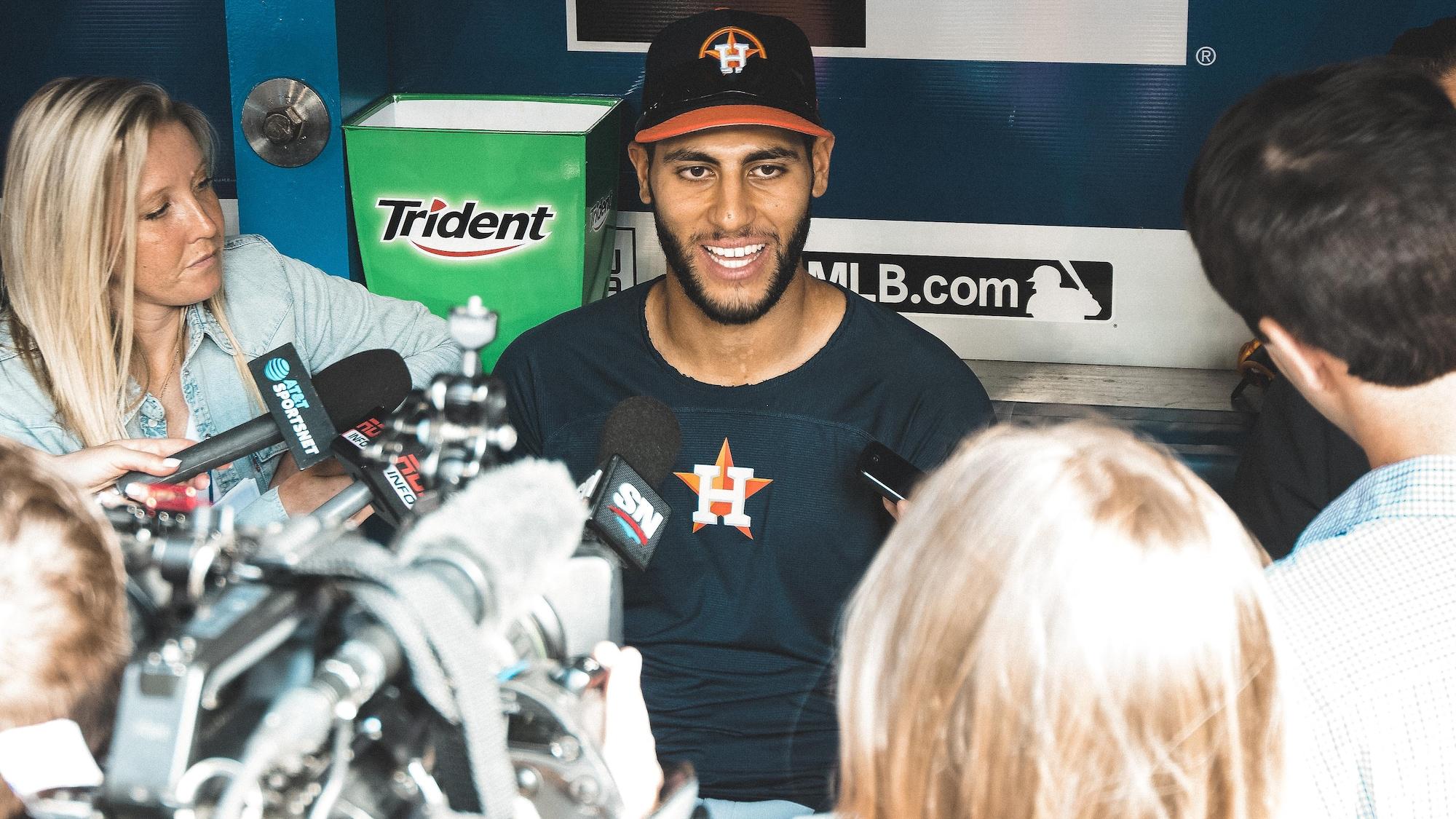 Abraham Toro parle à un groupe de journalistes dans l'abri des Astros de Houston.