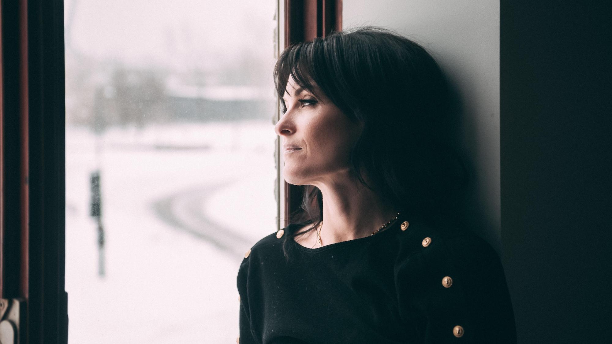 Alexandra Croft regarde par la fenêtre.