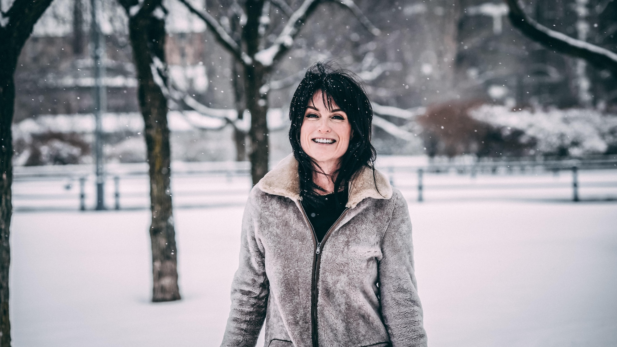 Alexandra Croft sourit en marchant dans la neige.