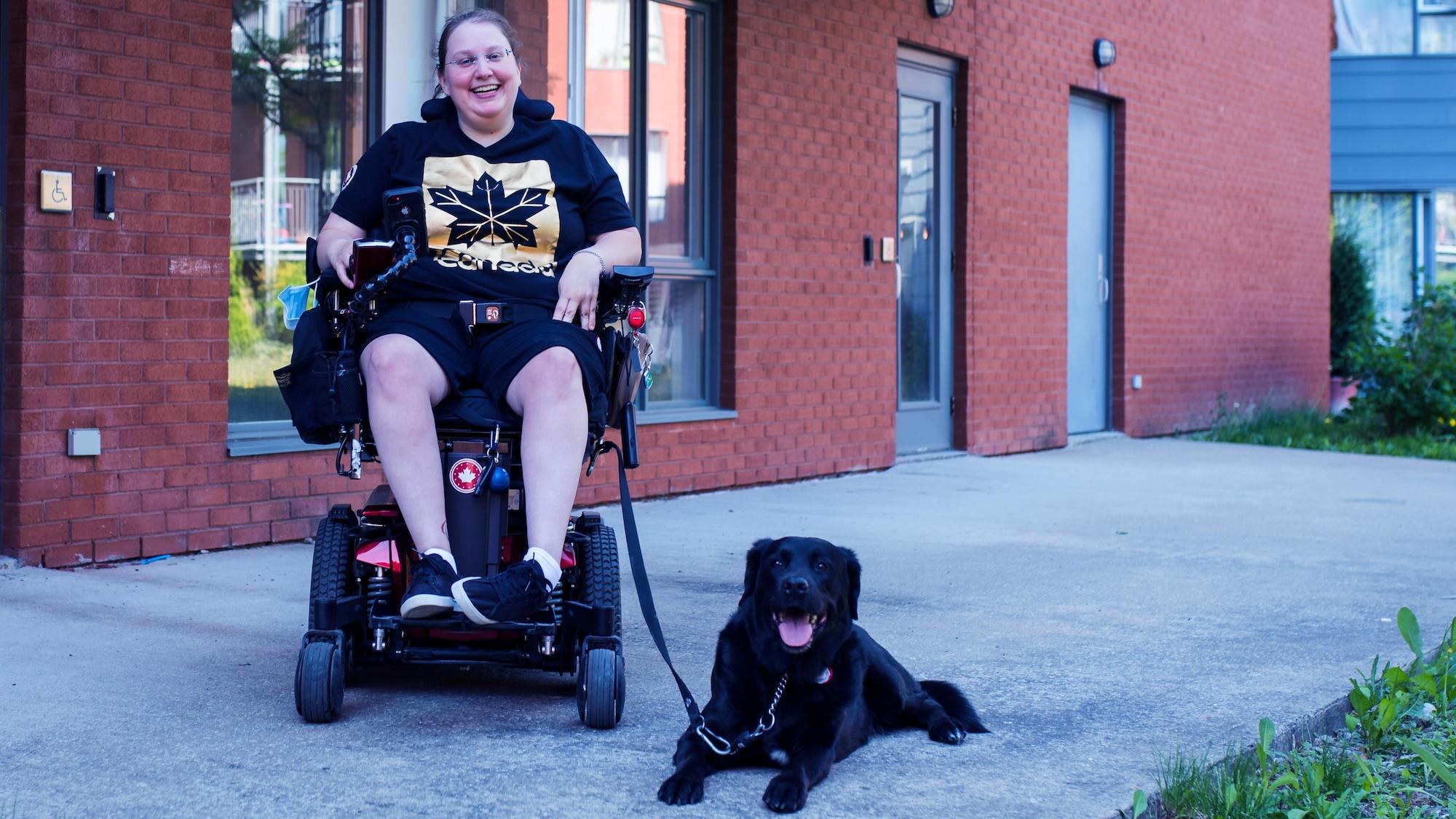 Alison Levine sourit à côté de sa chienne Ghia.