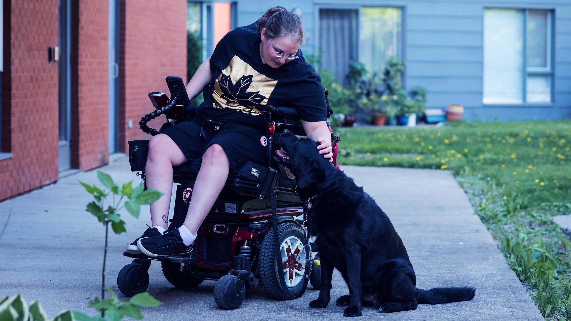 Alison Levine caresse sa chienne Ghia.