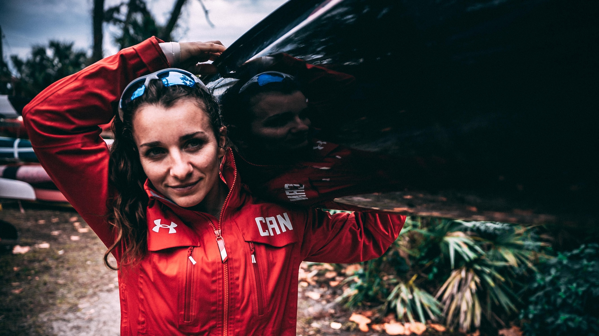 Andréanne Langlois transporte son kayak sur son épaule.