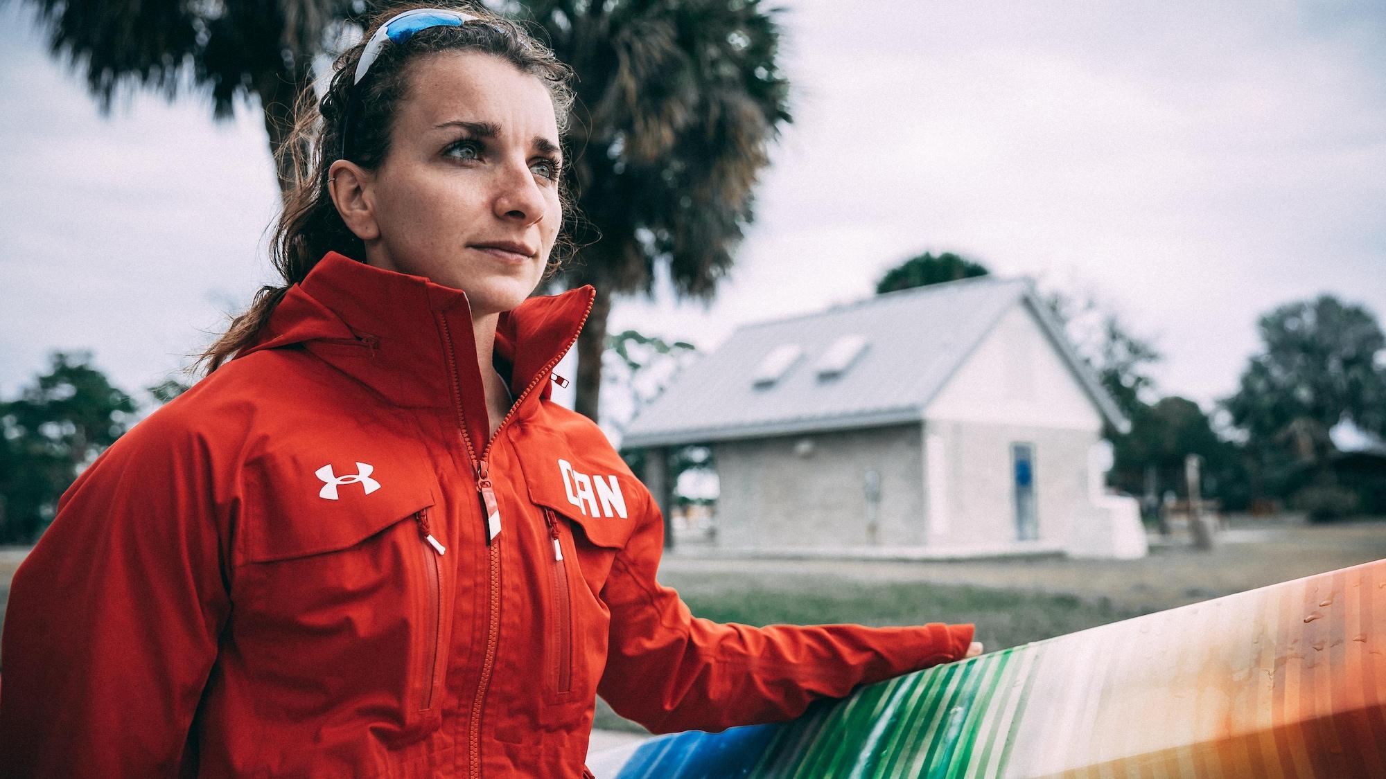 Andréanne Langlois regarde au loin, une main sur son kayak.