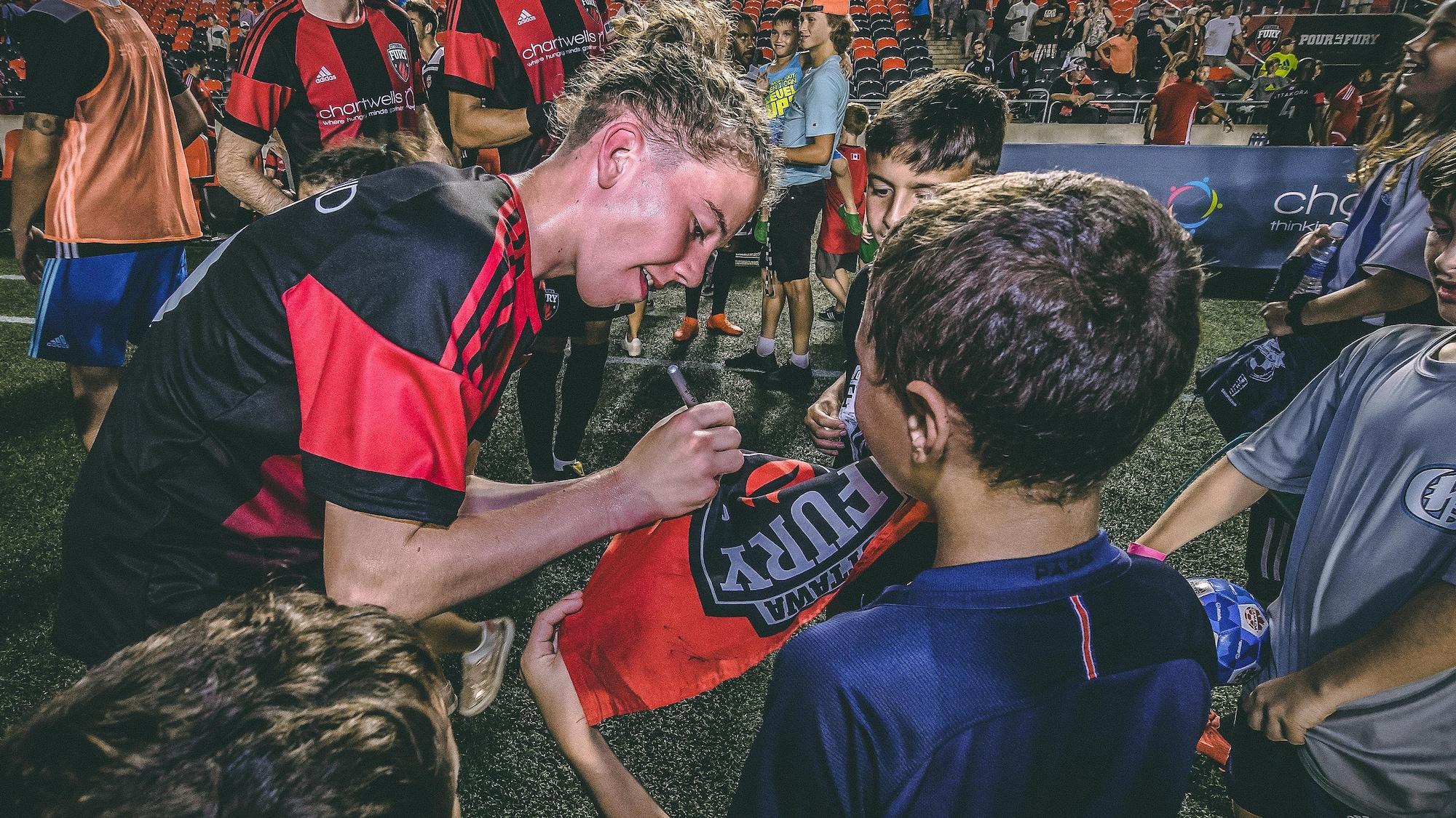 Antoine Coupland donne son autographe à un jeune amateur du Fury après le match du 20 juillet.