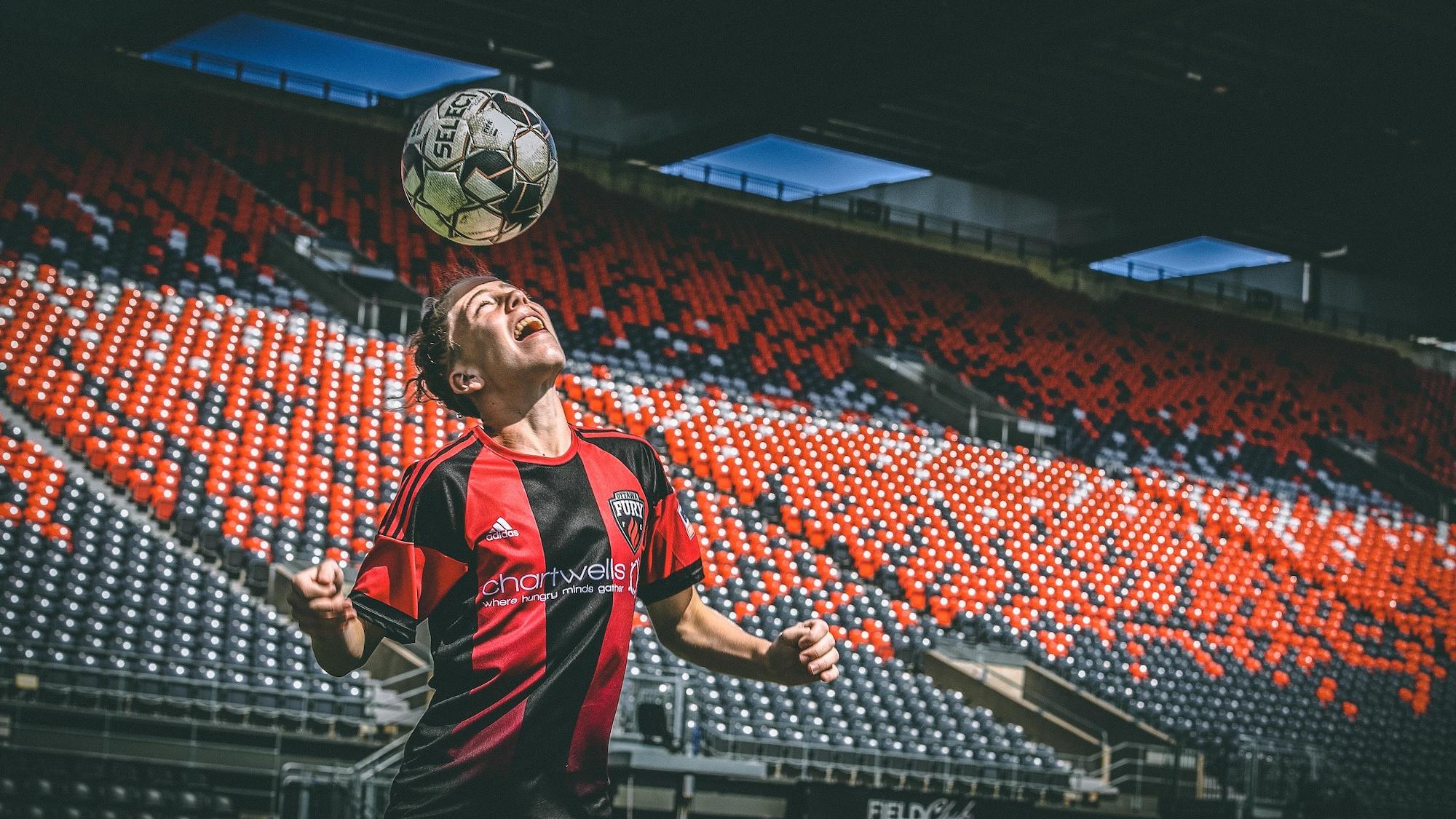 Antoine Coupland frappe un ballon de soccer avec sa tête.