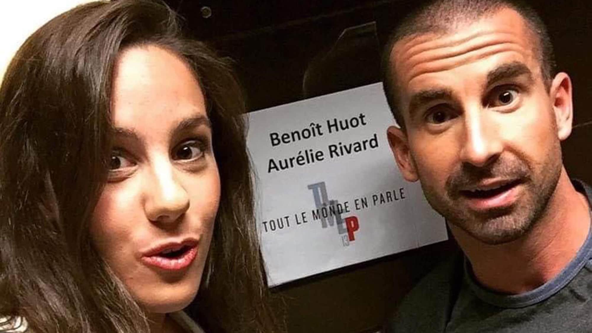 Benoît Huot et Aurélie Rivard regardent la caméra devant une affiche de l'émission «Tout le monde en parle».