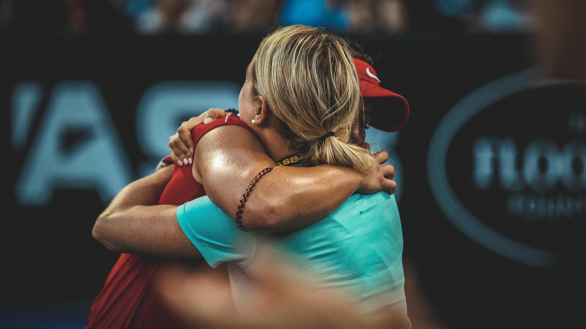 Bianca Andreescu enlace Virginie Tremblay après sa victoire en demi-finale du tournoi d'Auckland, en Nouvelle-Zélande, en janvier 2019.