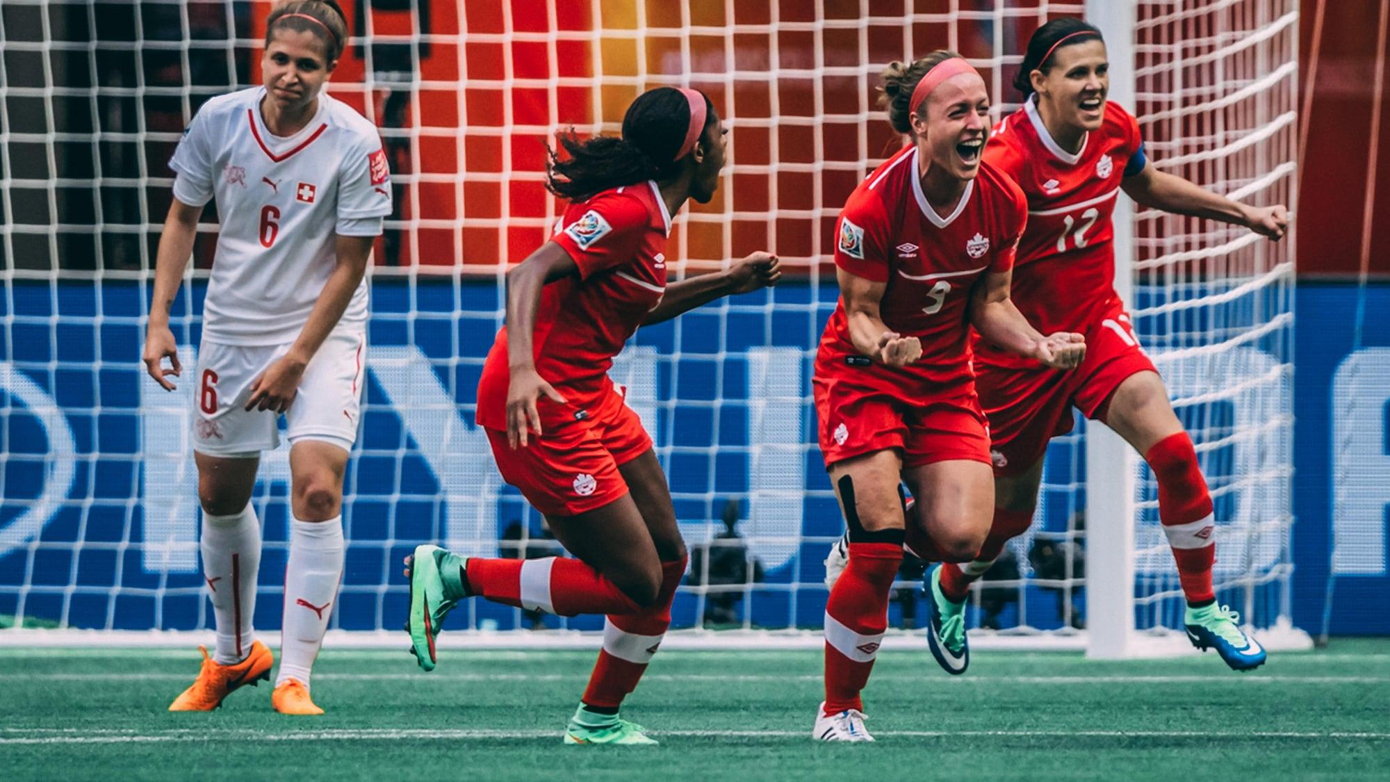 Josée Bélanger (9), flanquée d'Ashley Lawrence (gauche) et de Christine Sinclair, exprime sa joie après avoir marqué en deuxième demie lors du match opposant le Canada à la Suisse, à la Coupe du monde féminine de 2015, à Vancouver.