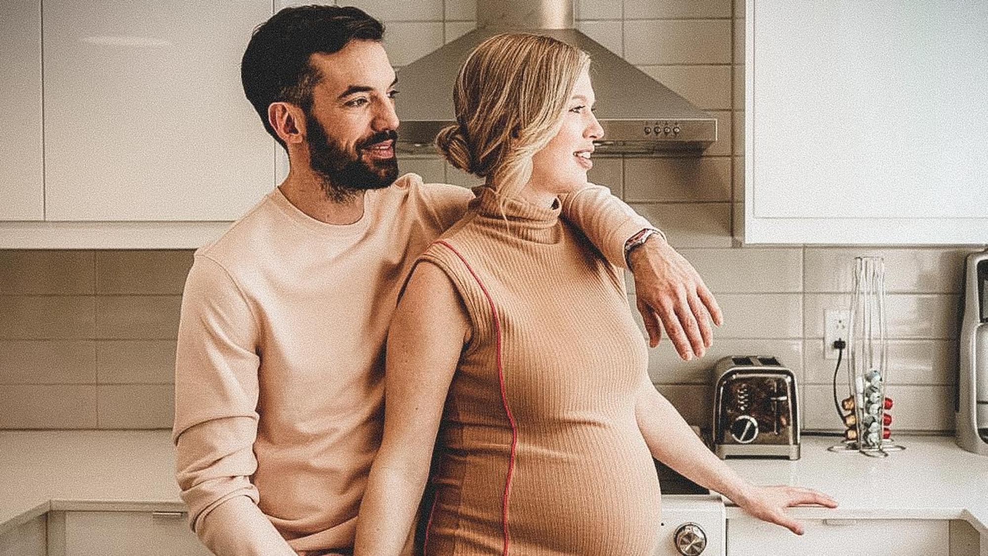 Charles Hamelin et Geneviève Tardif se tiennent près l'un de l'autre dans leur cuisine.