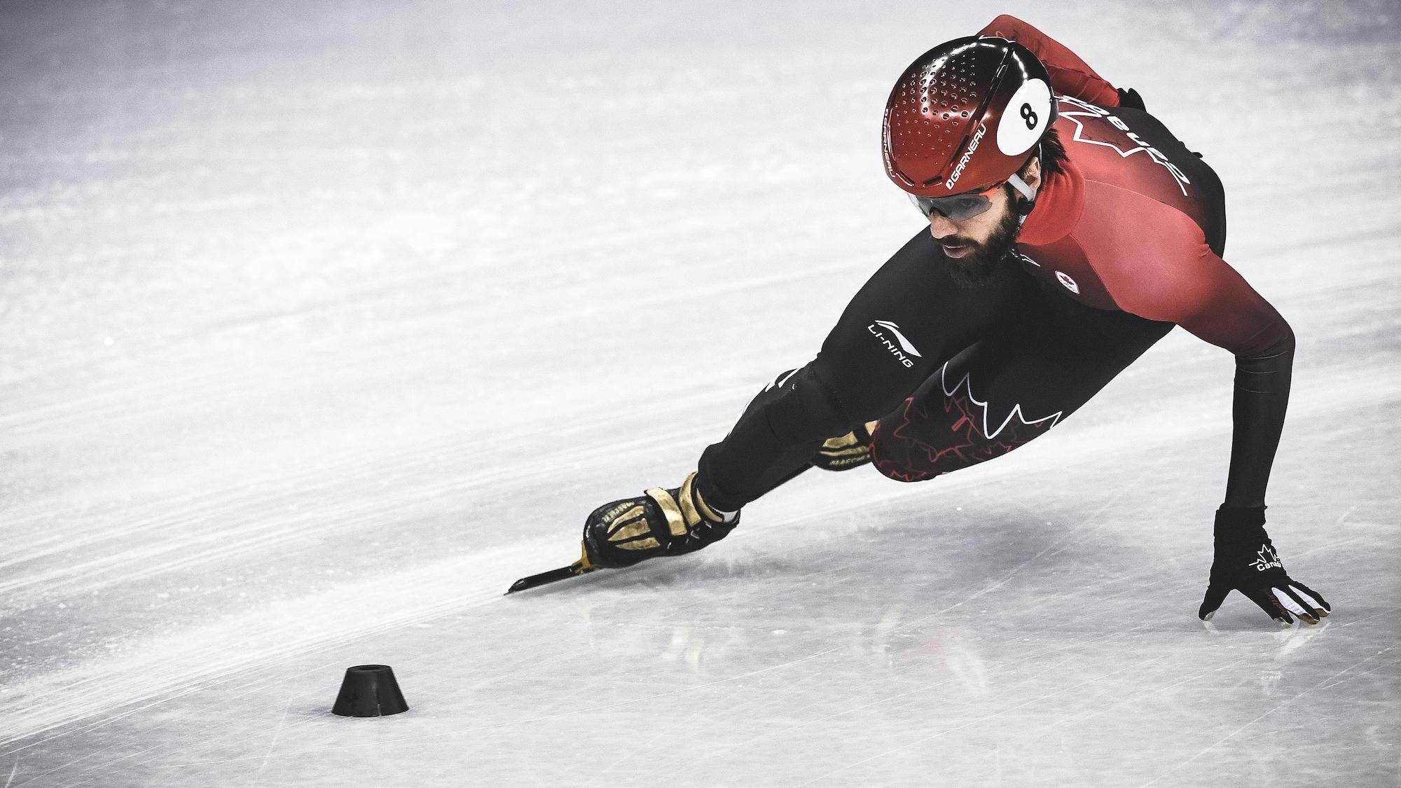 Le patineur de vitesse courte piste Charles Hamelin effectue un virage.