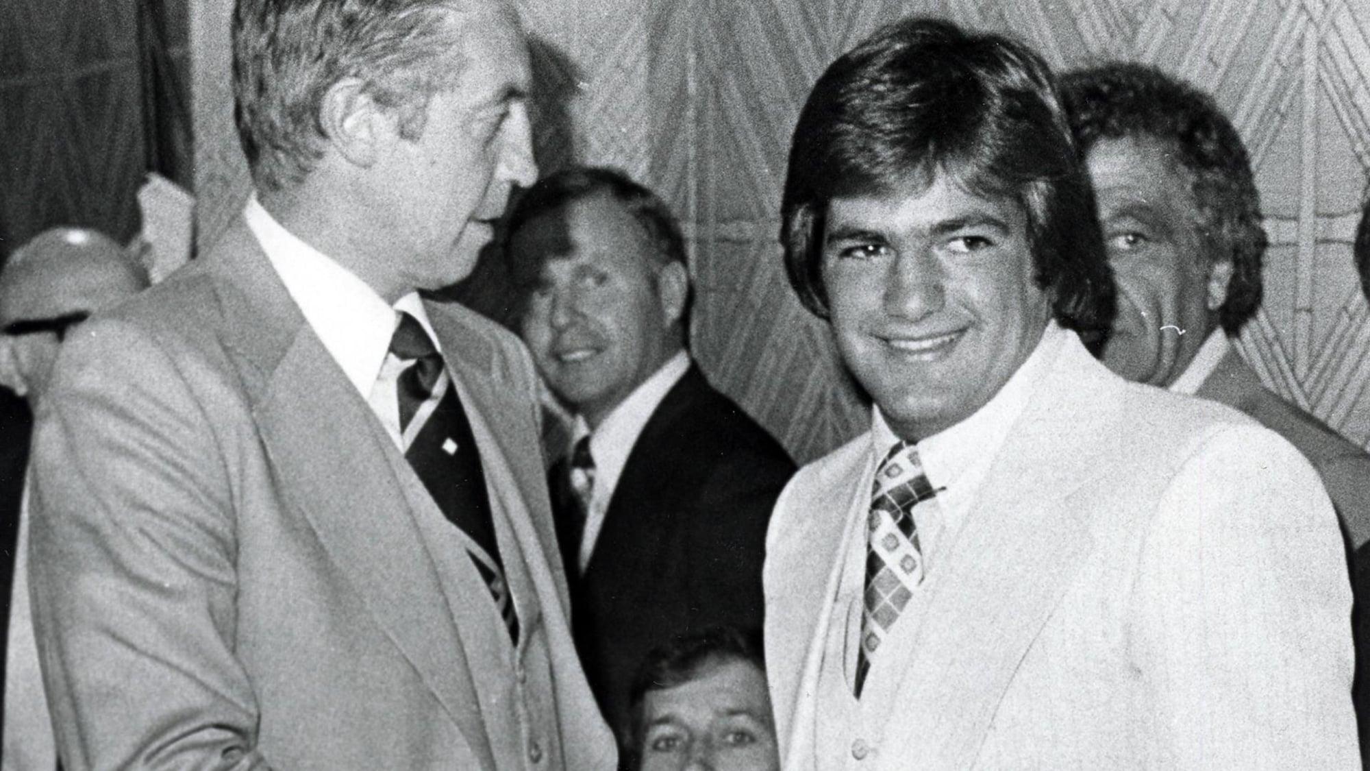 Le 15 juin 1978, Danny Geoffrion est repêché par le Canadien de Montréal. Ici, il serre la main de Jean Béliveau. Partiellement caché à droite, Bernard Geoffrion.