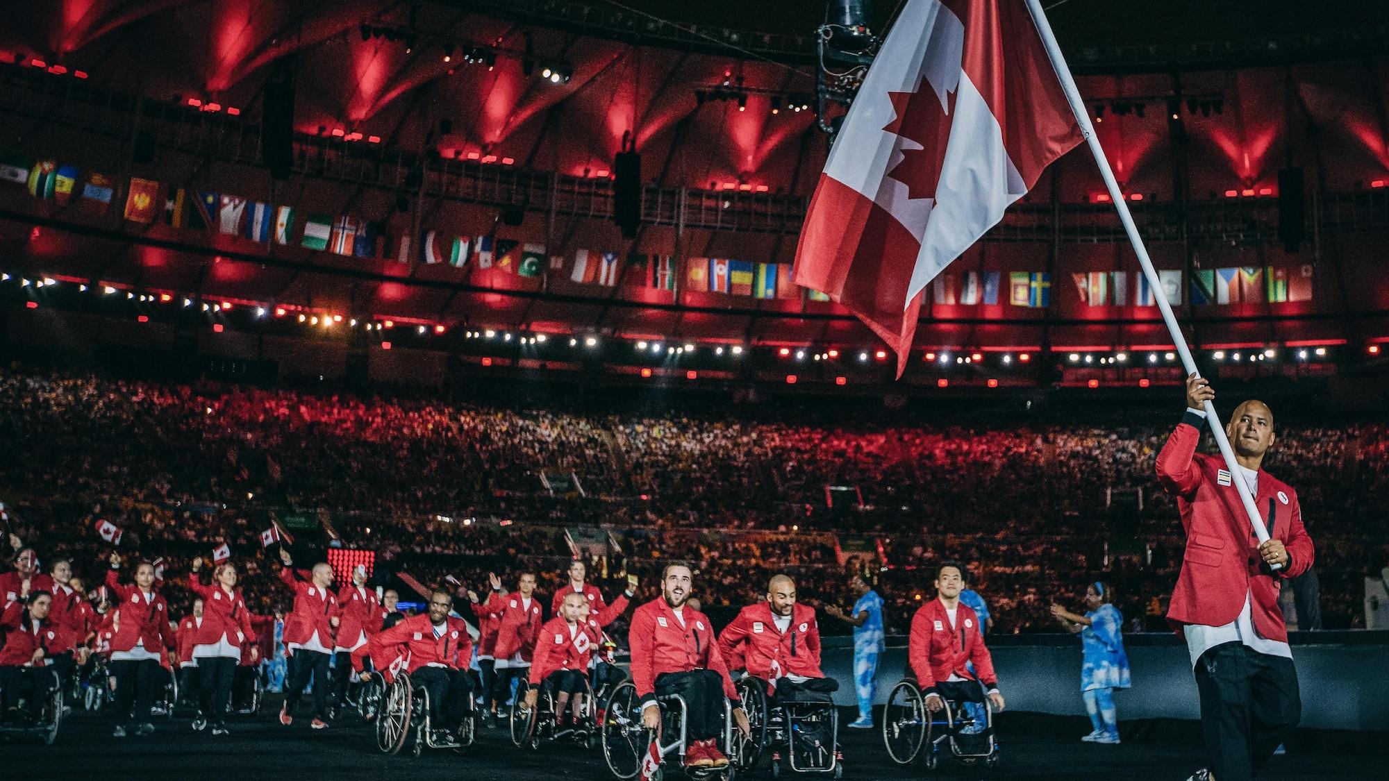Il porte le drapeau de l'équipe canadienne.