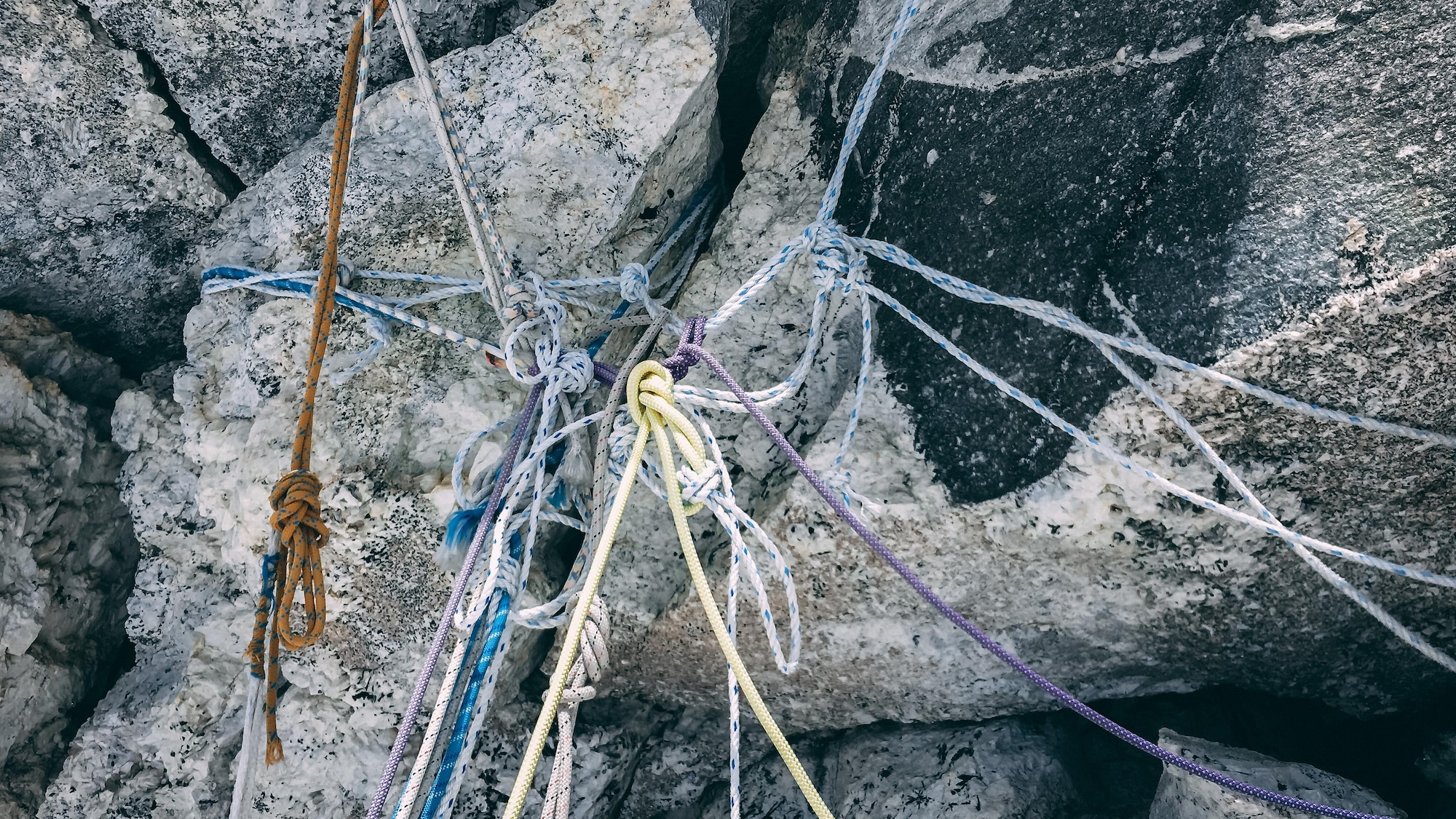 De vieilles cordes entremêlées sur une paroi de l'Ama Dablam