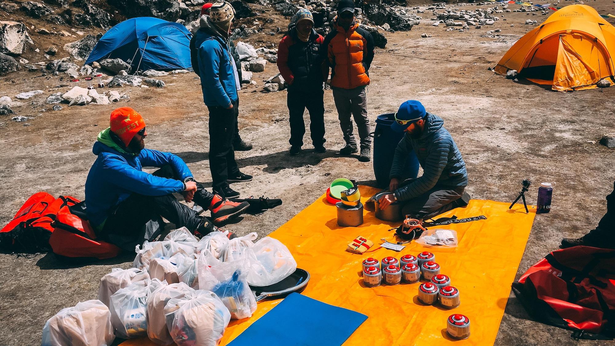 Dominic Asselin, ses collègues grimpeurs et leur récolte de déchets sur l'Ama Dablam en 2018