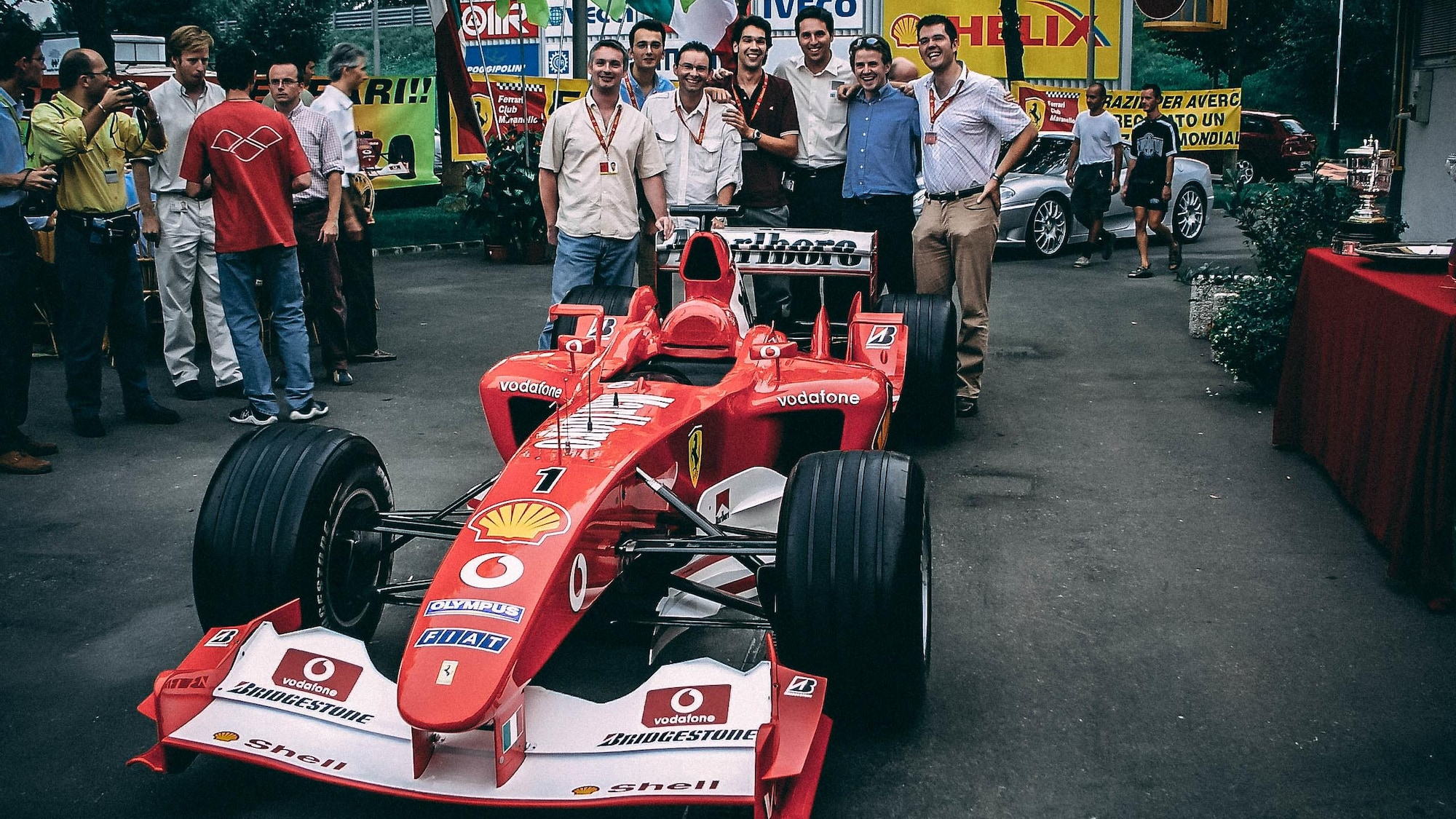 Edmond Boileau et six de ses amis posent devant la formule un de Ferrai version 2003.