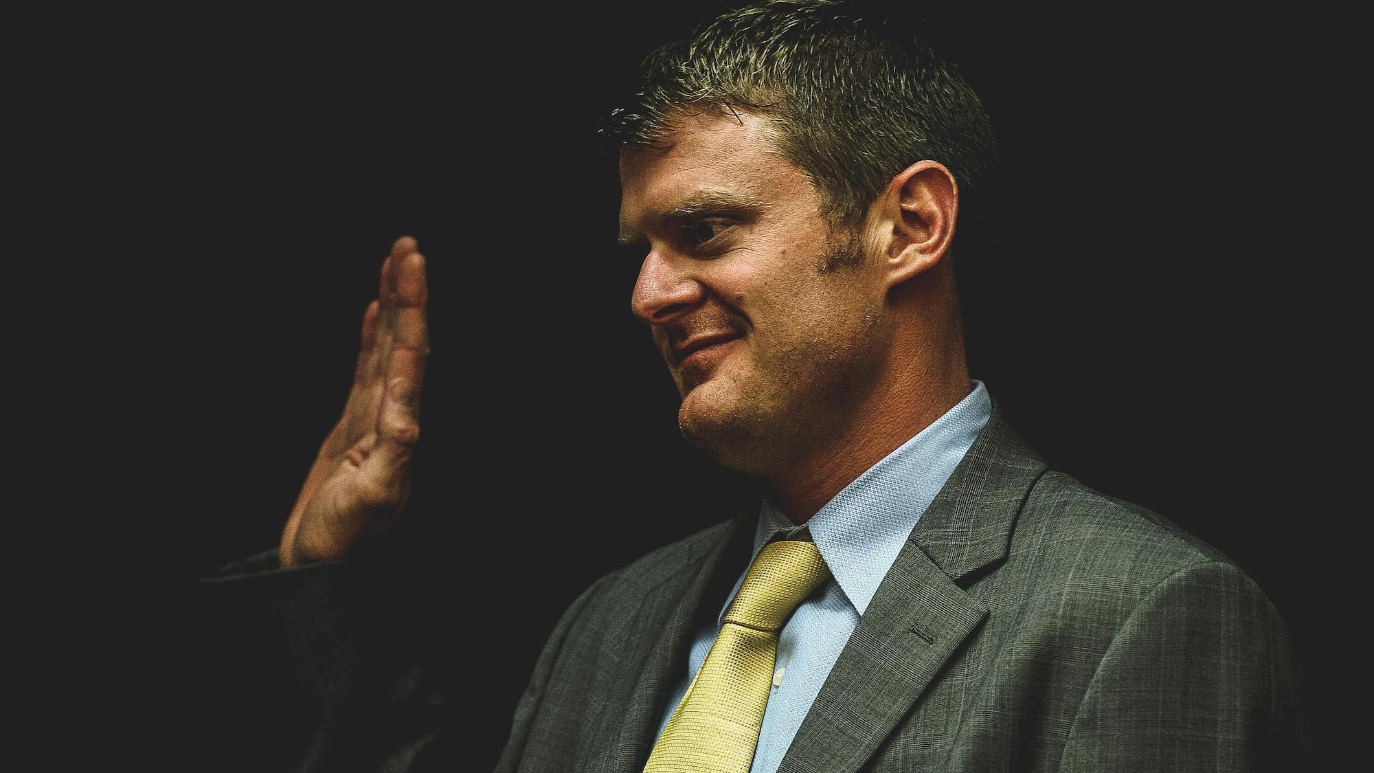 Floyd Landis lève la main droite pour prêter serment.