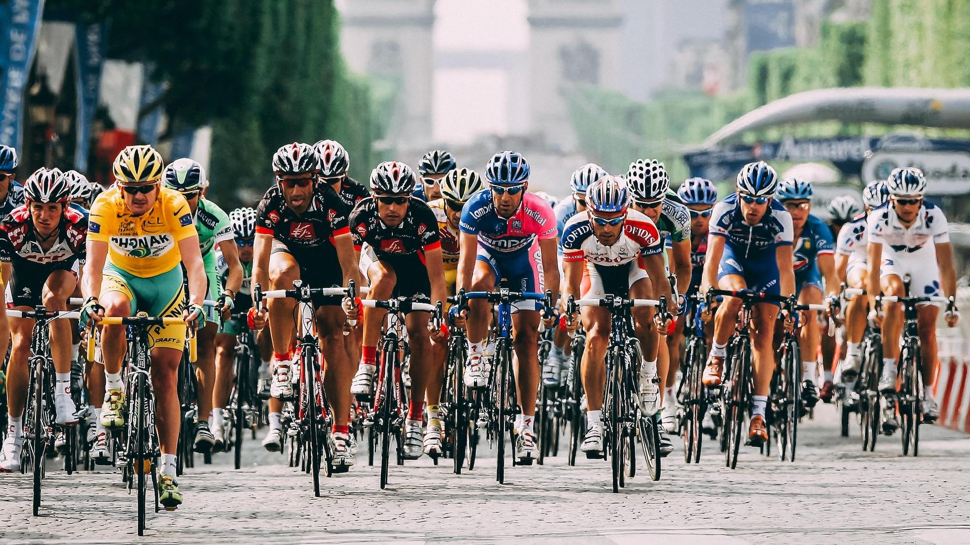 Il mène le reste du peloton sur les Champs-Élysées lors de la dernière étape du Tour de France, le 23 juillet 2006.